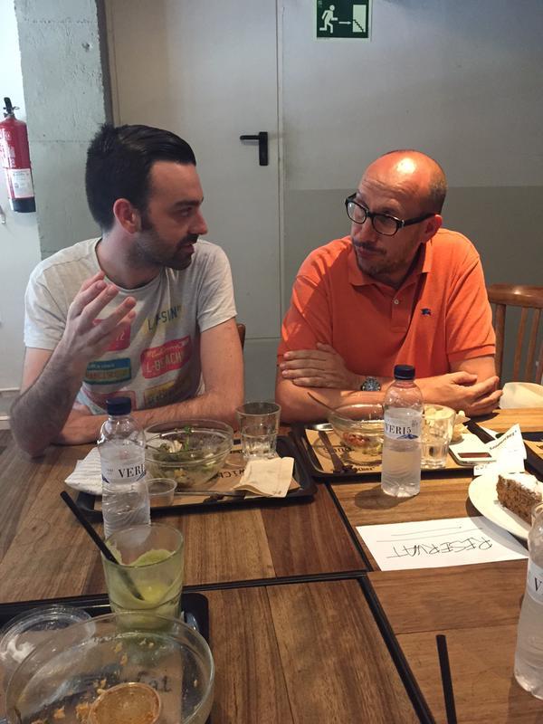 Carles Matamoros (a l'esquerra de la imatge), durant el dinar, conversant amb und els assistents.